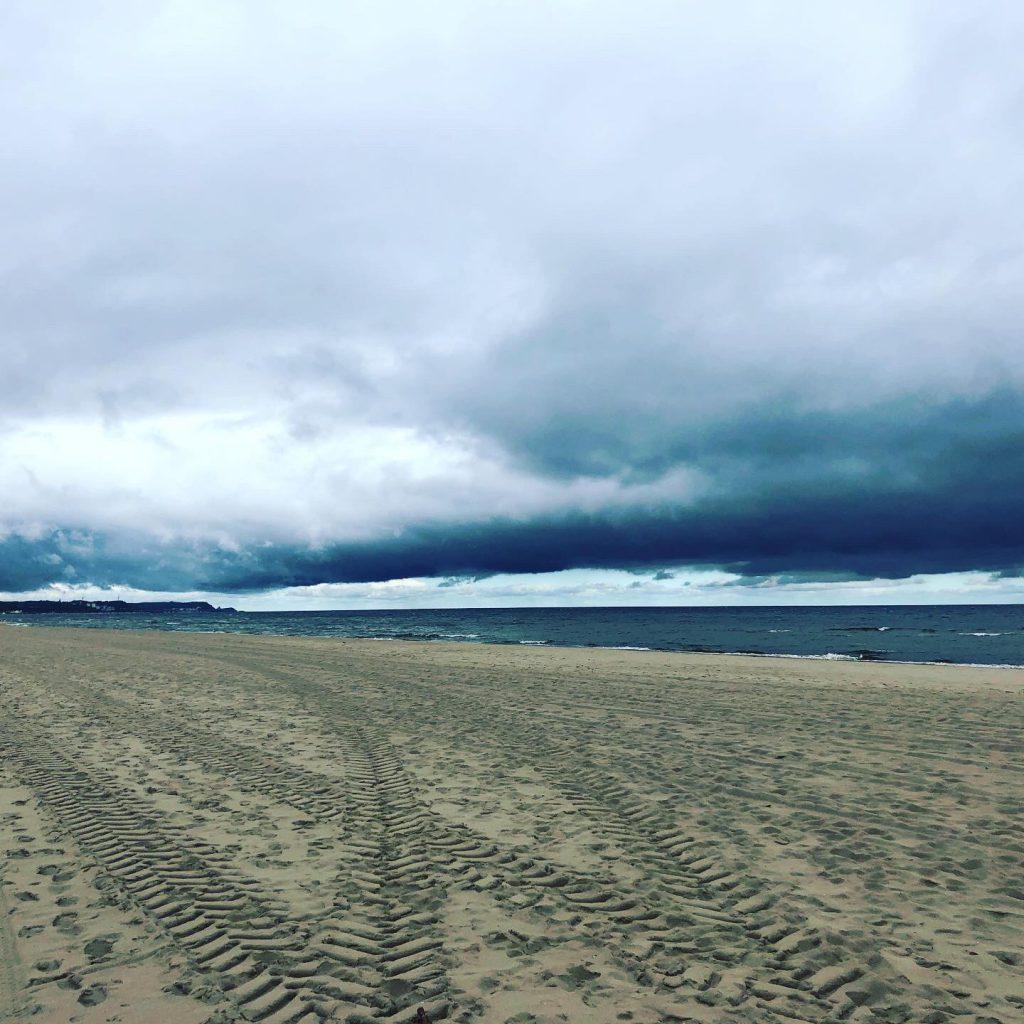 Sturmwolken am Strand von Swinemünde in Polen