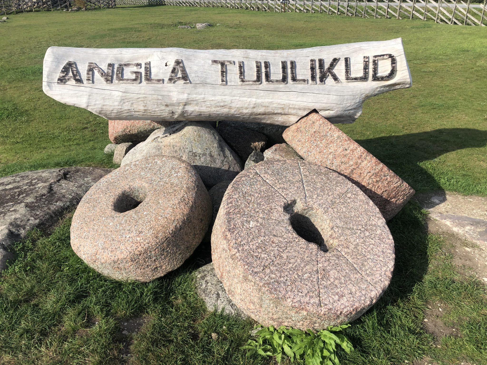 Mühlsteine bei den Windmühlen in Angla Tuulikud