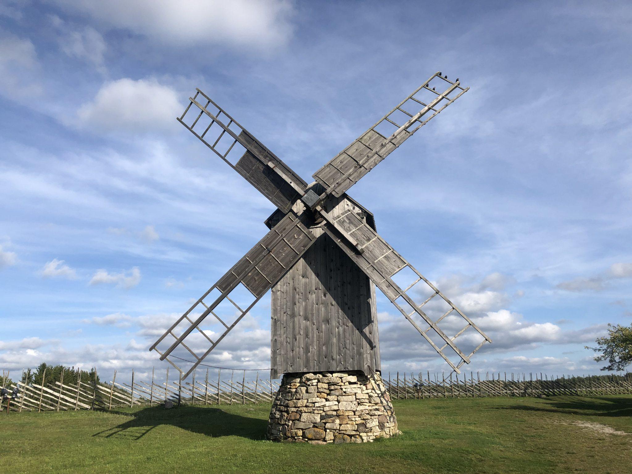 Eine Windmühle auf Saaremaa in Angla Tuulikumägi (Der Mühlenberg von Angla) Vier der fünf Mühlen in Angla sind für die Insel Saaremaa typische Bockmühlen, die zu Beginn des vorigen Jahrhunderts gebaut wurden.