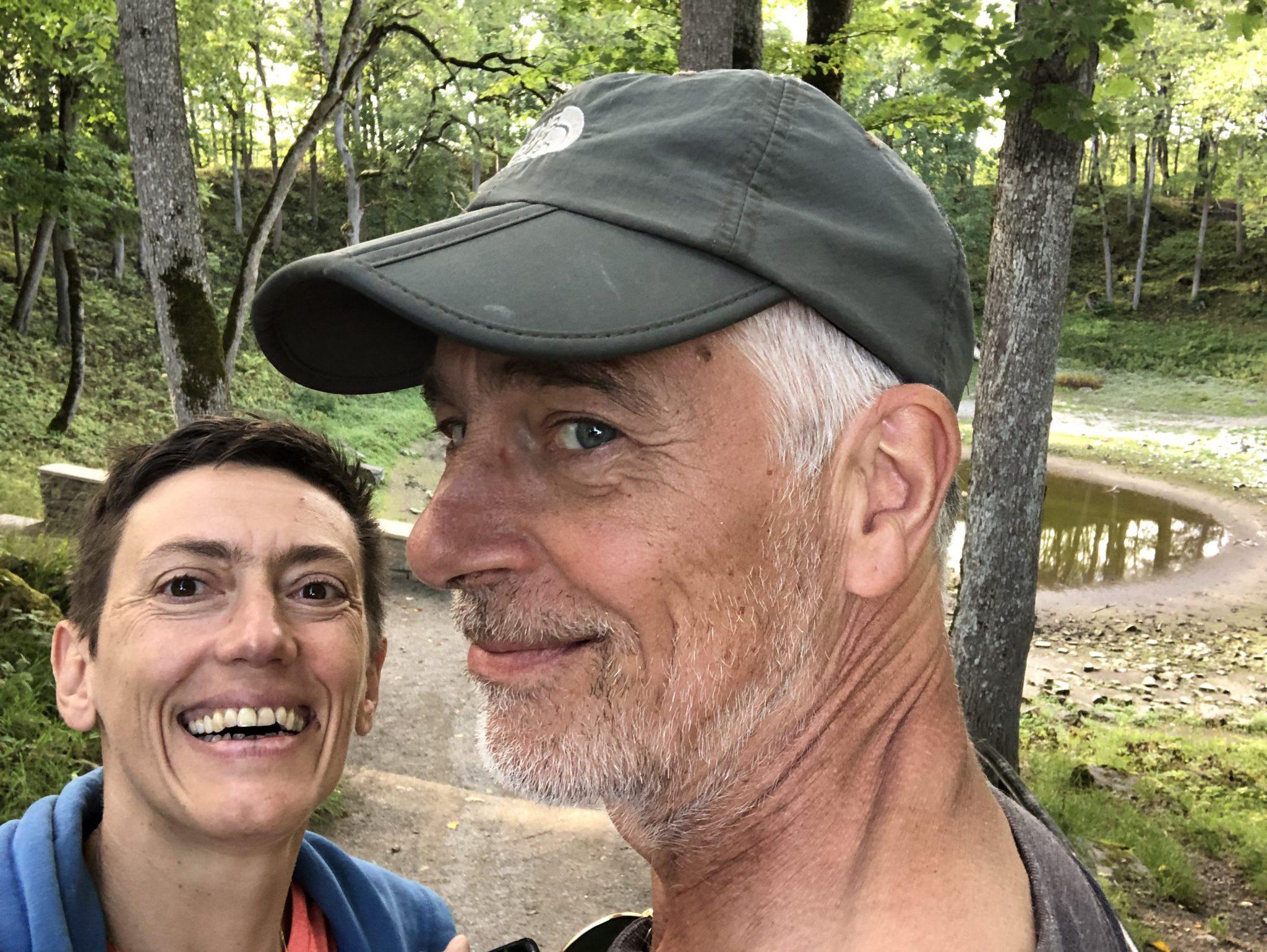 Der Osteopath Normen Wolke und Ursula Fischer vor dem Kaali Meteoriten Krater