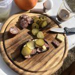 Brotzeit mit sauren Gurken und estnischer Elch Salami