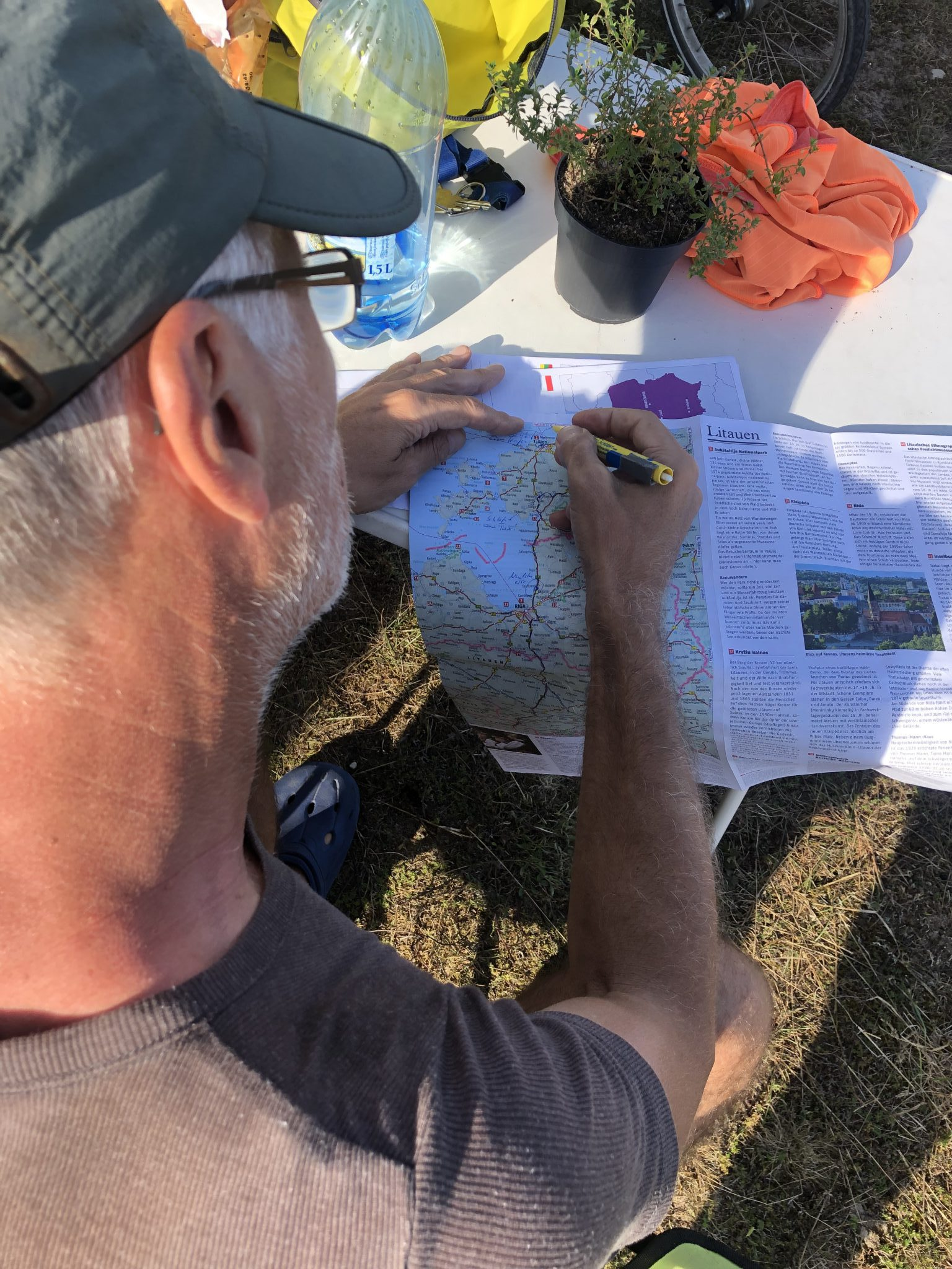Normen Wolke, Osteopath, M.Sc.D.O., reist ins Baltkium und zeichnet die Route in der Karte ein