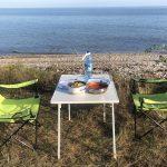 Romantisches Abendessen mit Nudeln und Thunfisch am Meer auf Saaremaa