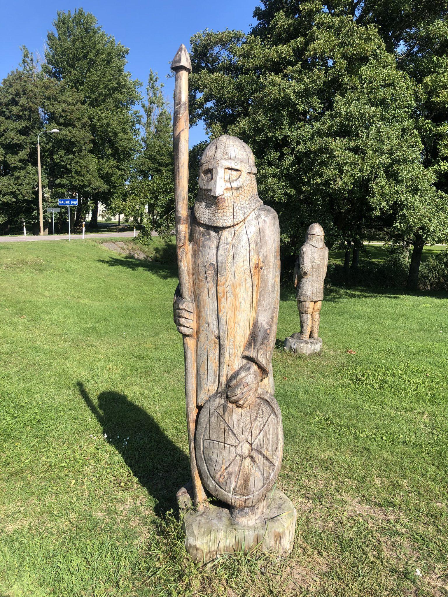 Ein Wikinger aus Holz gehört zu dem Wikingerschiffsgrab von Salme auf Saaremaa