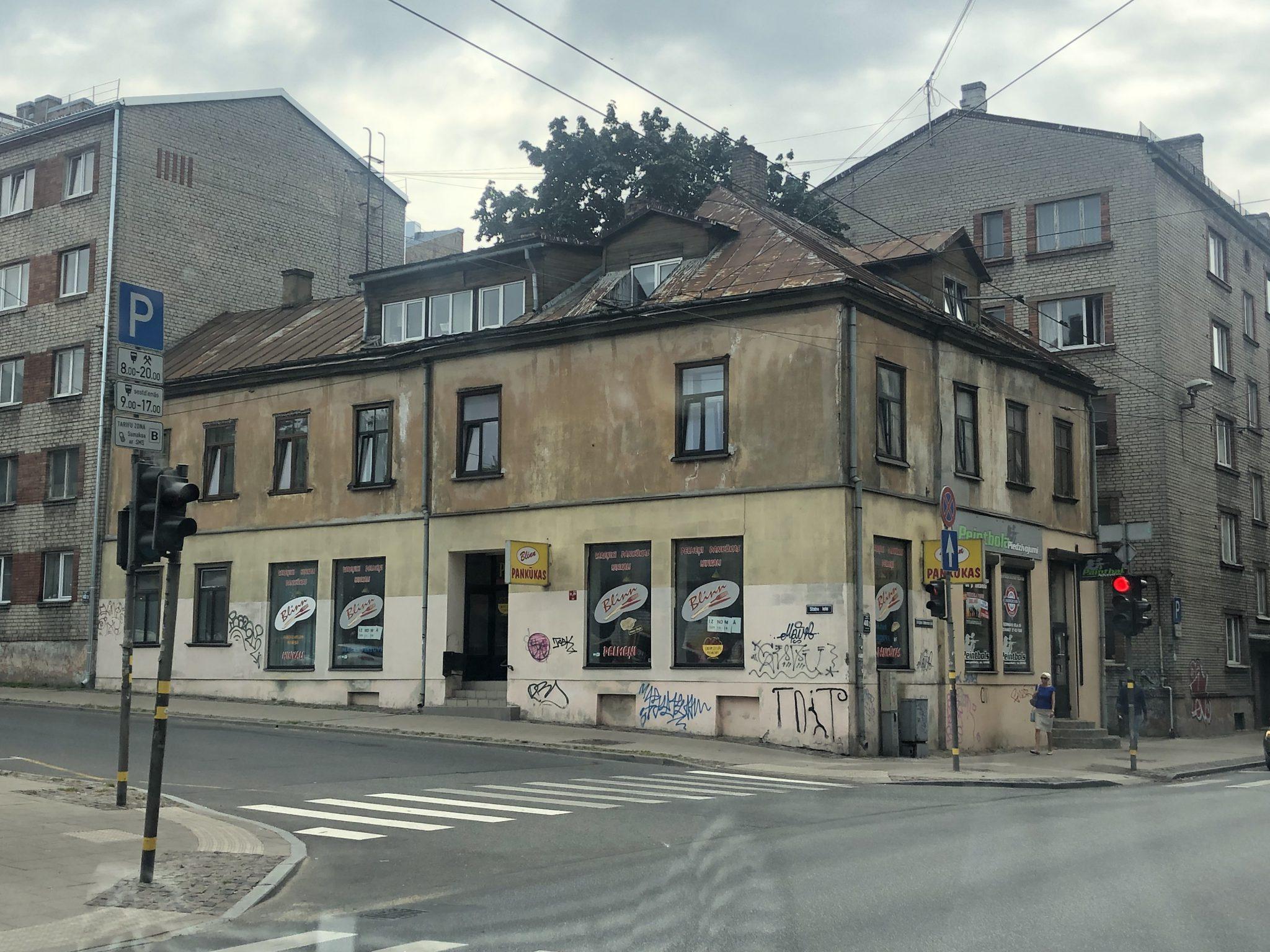 Ein eher heruntergekommenes Haus in Riga an einer Straßenkreuzung
