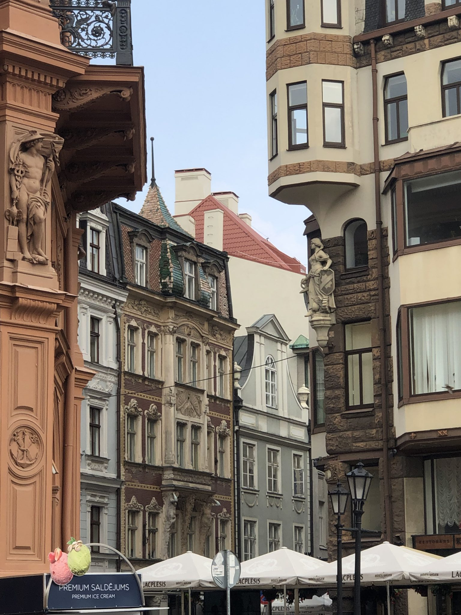 Historische Häuser in der Altstadt von Riga am rechten Daugava-Ufer  - Stuck mit Figuren