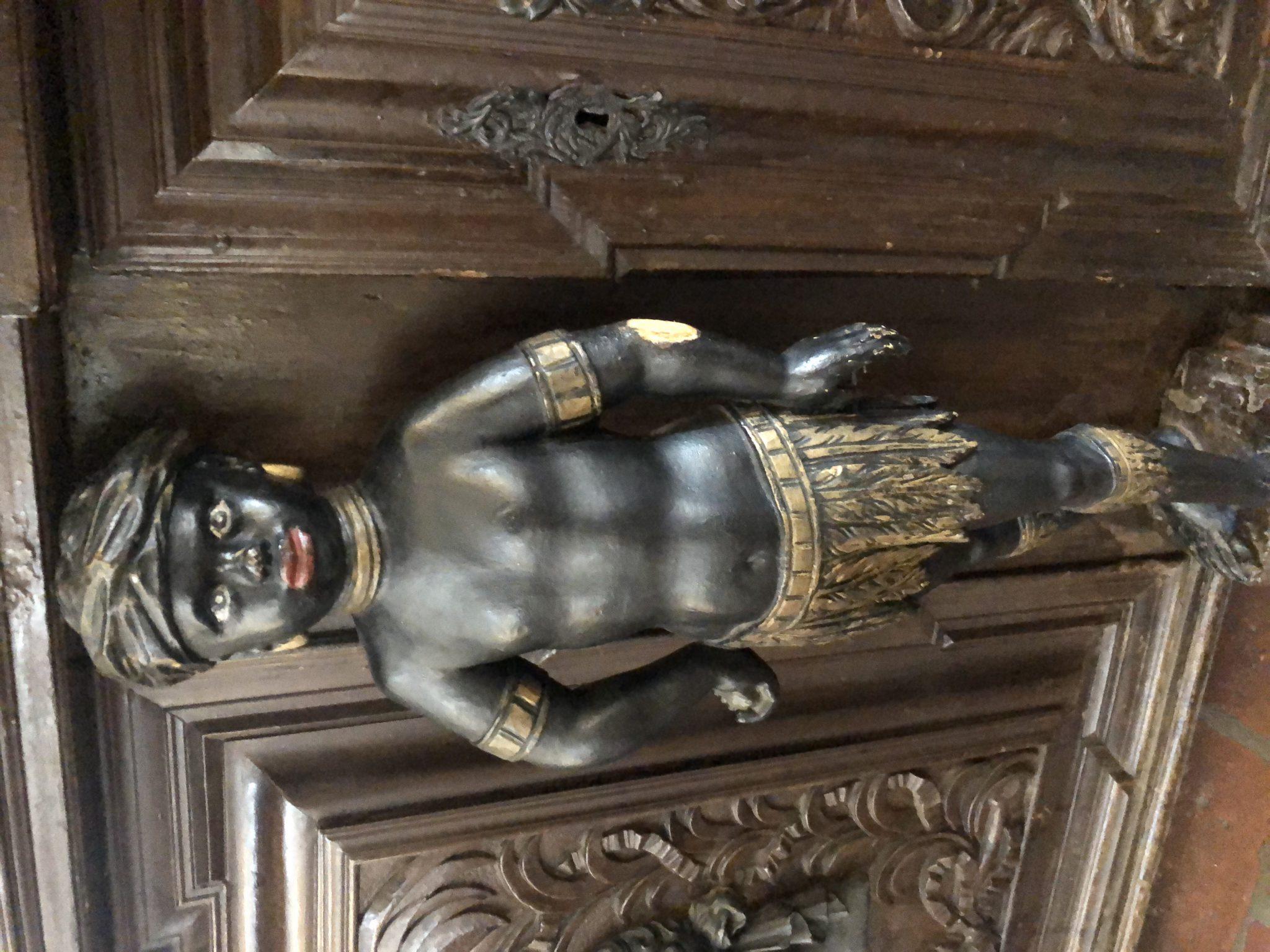 Figur einer Kindes, mit goldenem Röckchen und Hals und Armbänder
