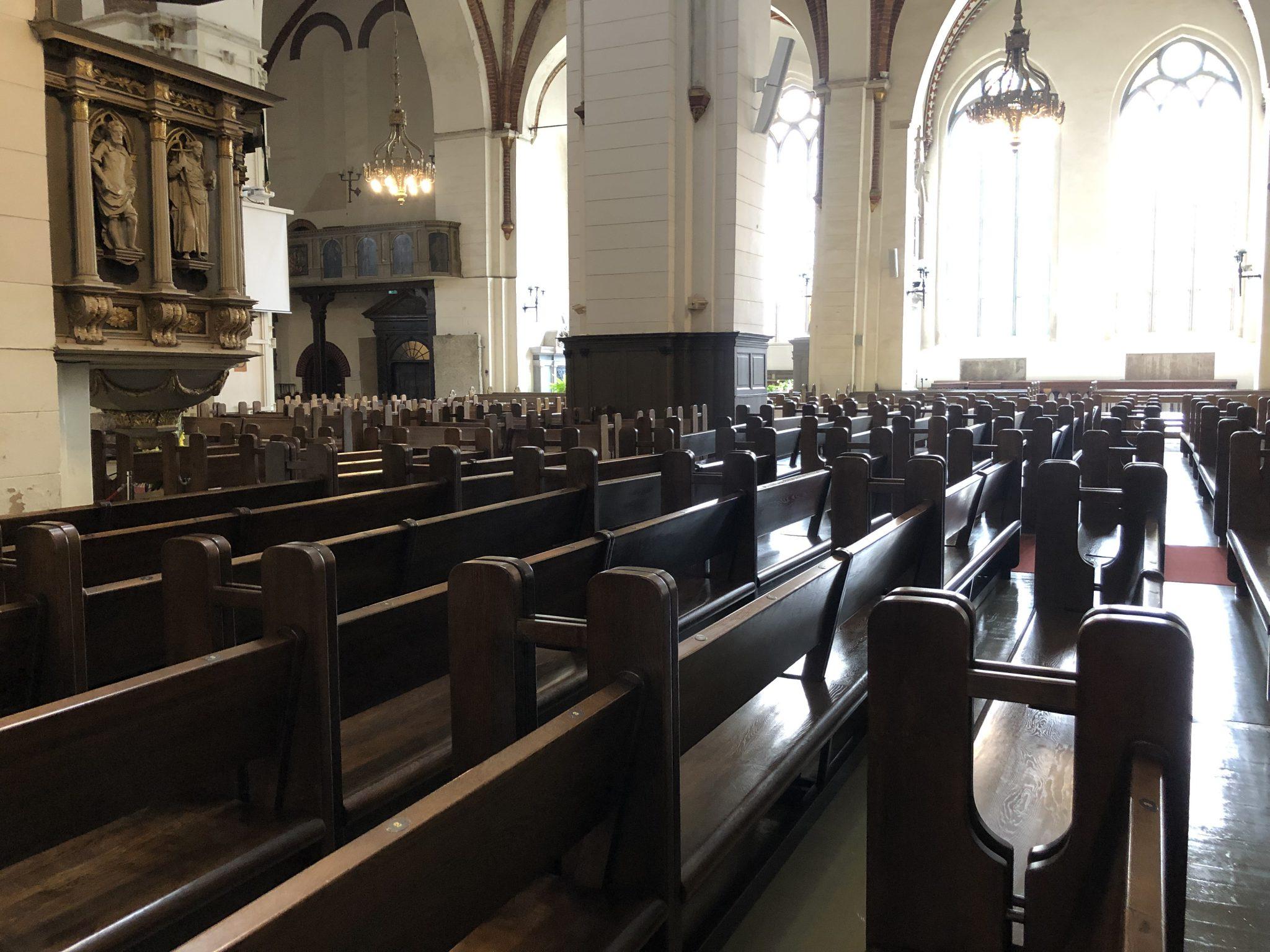 Kirchenbänke im Dom in Riga