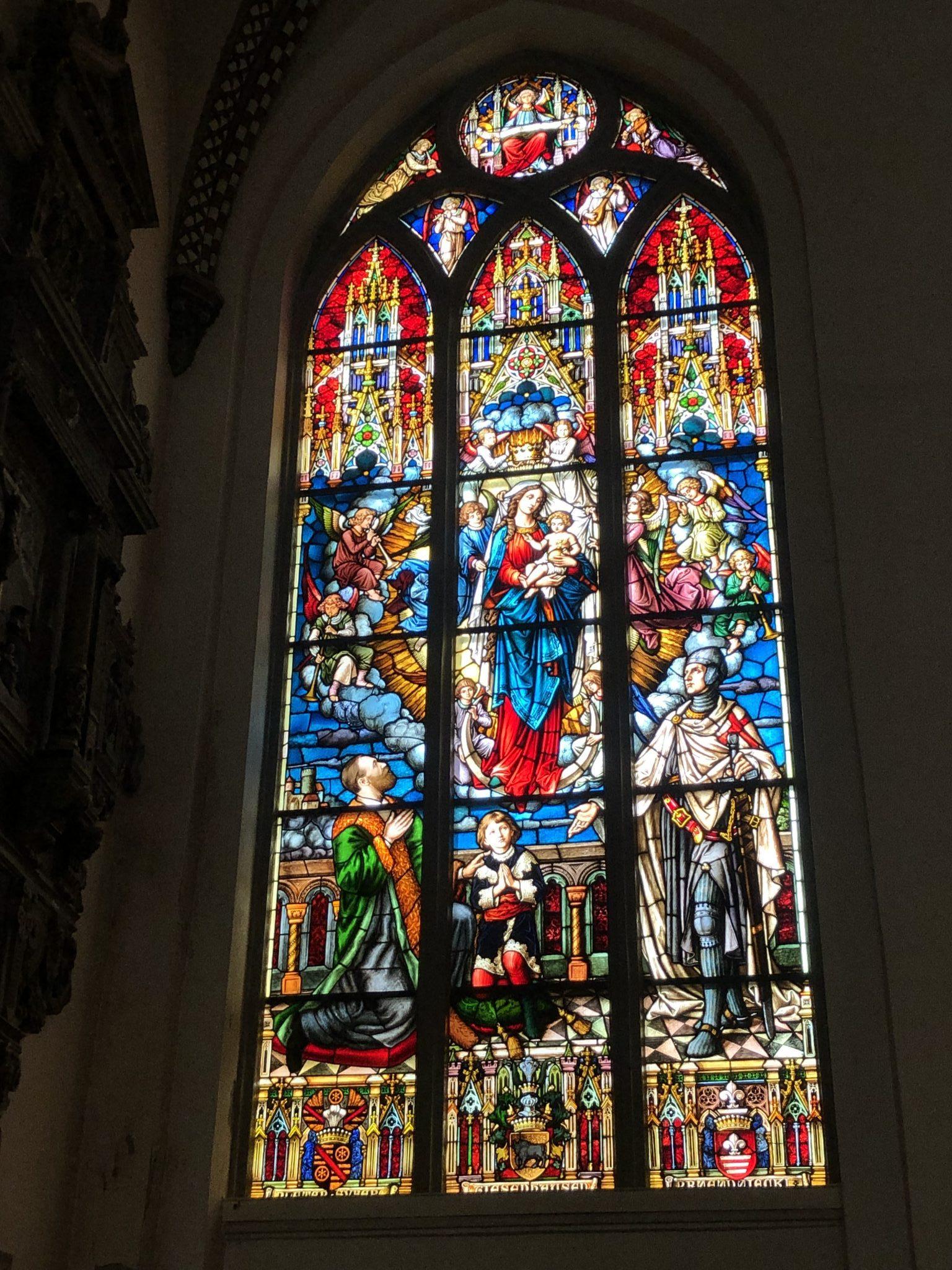 Ein buntes Kirchenfenster im Dom in Riga