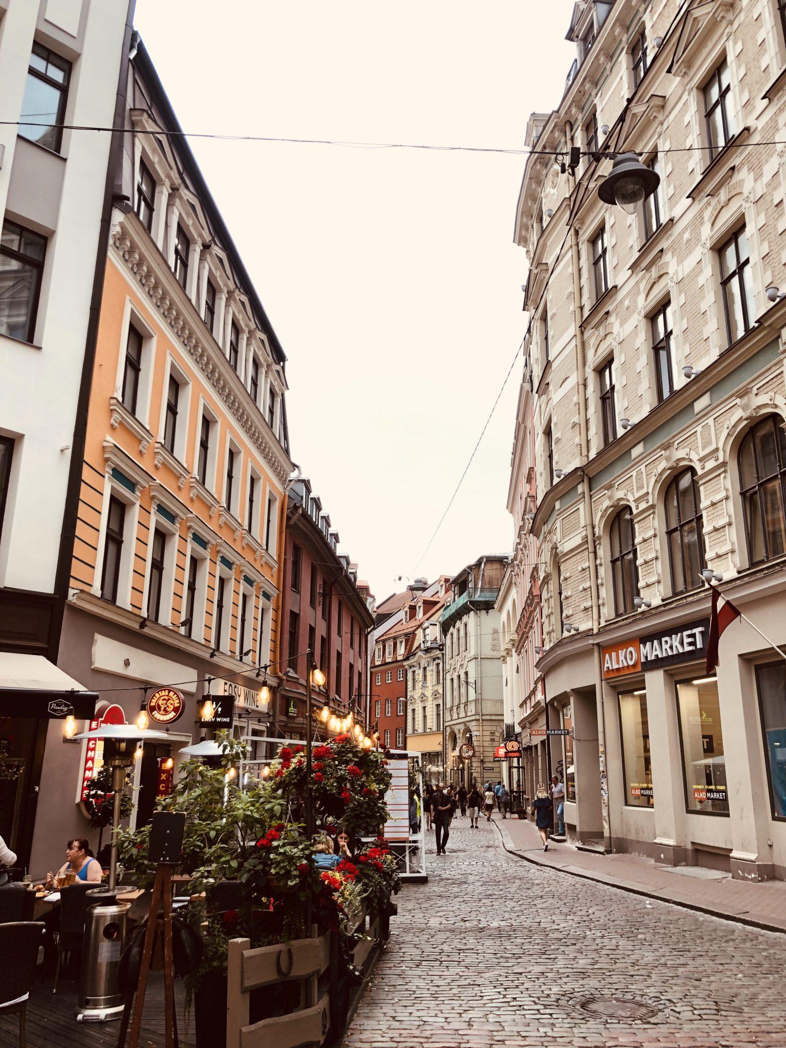 mittelalterlich anmutende Restaurants, Cafes, Bars und Shops im Altstadtbereich Rigas