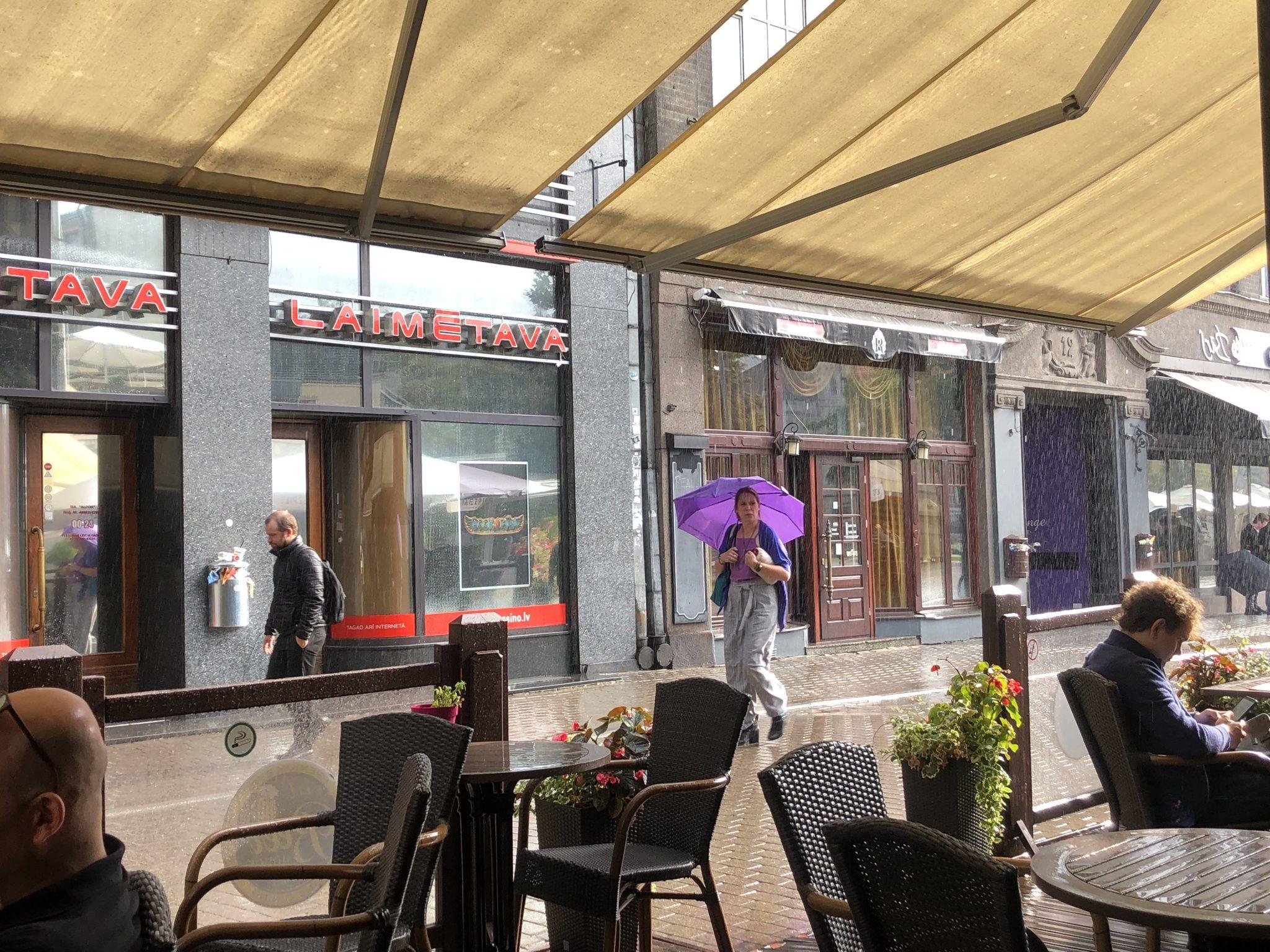 Stadtlegen in Riga Menschen vor dem Laimetava