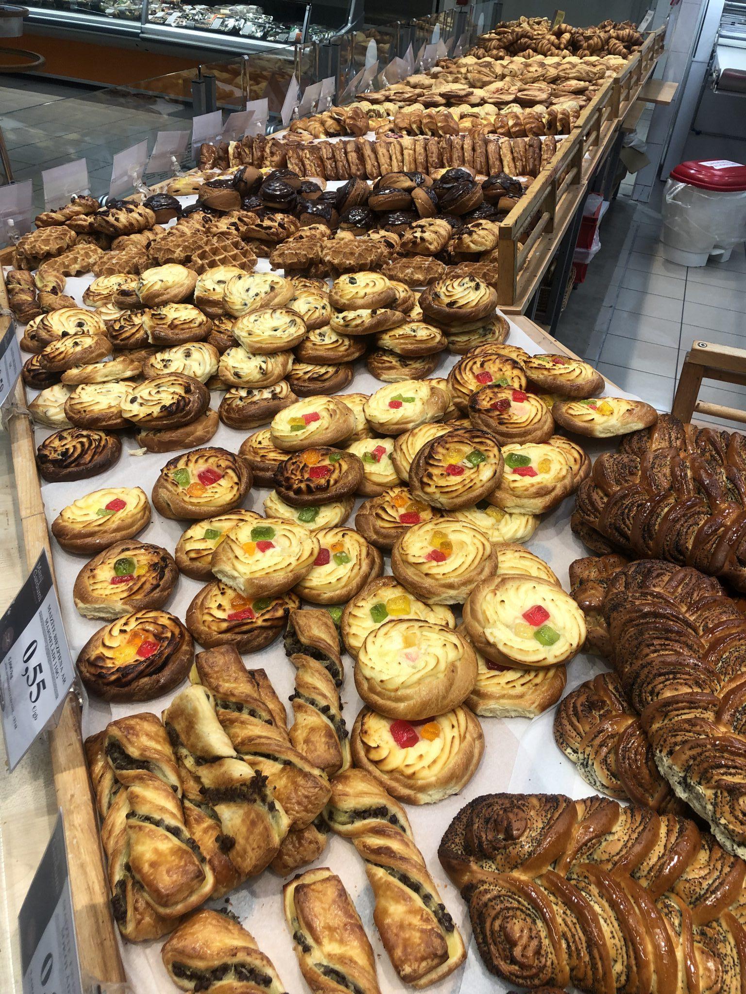 Gebäck und Croissants und Süßwaren im Rimi in der Bäckerei