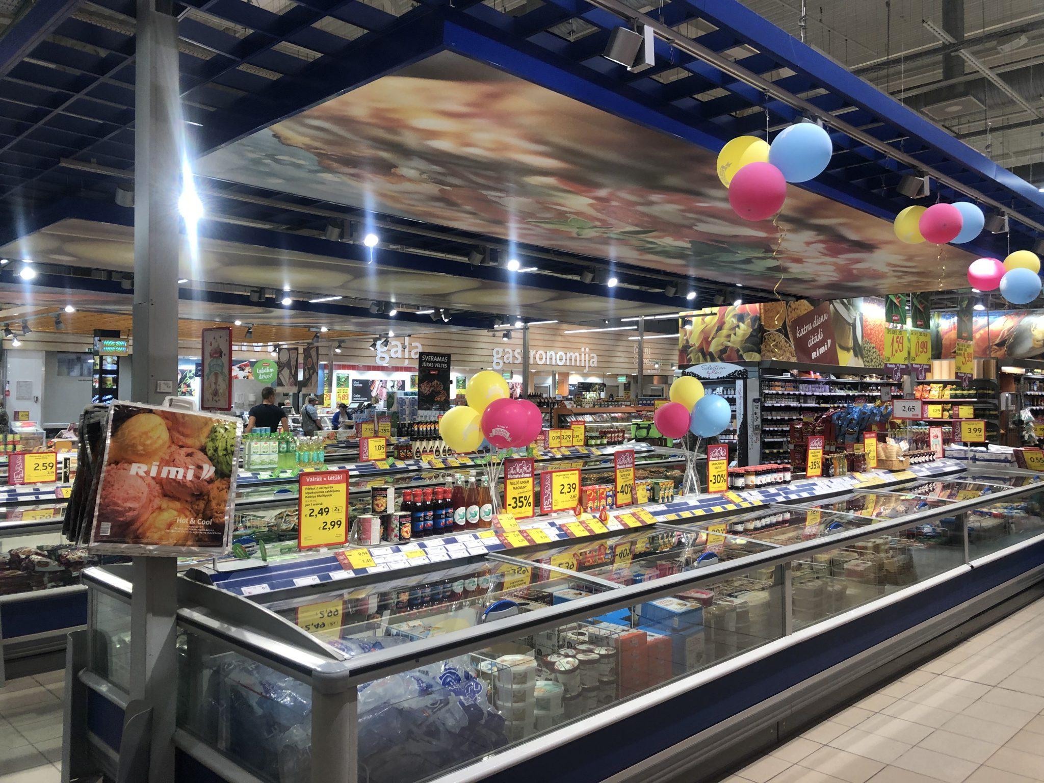 Überangebot an Waren im Rimi Supermarkt in Lettland