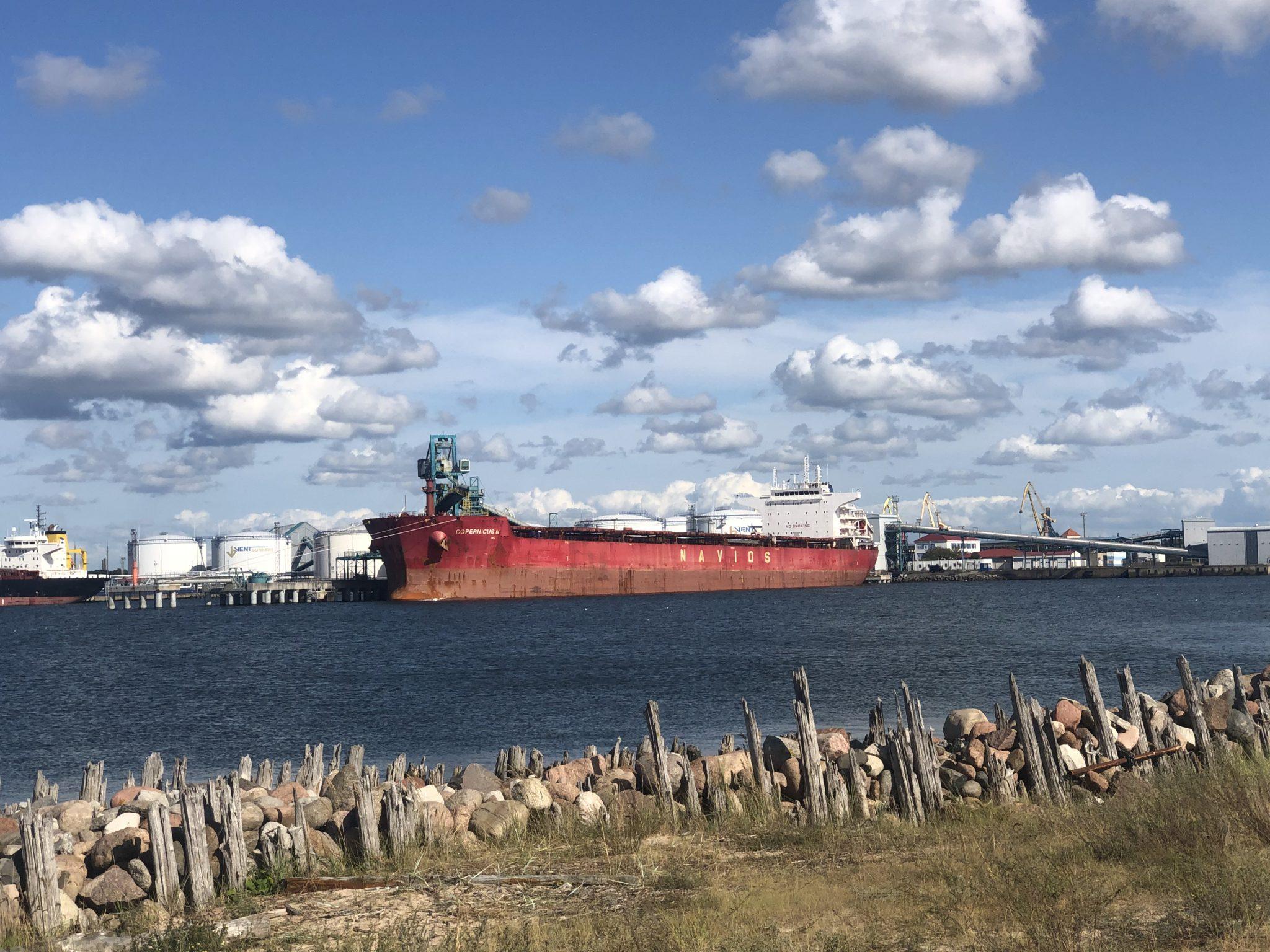Ventspils am Hafen in Lettland mit Container Schiff