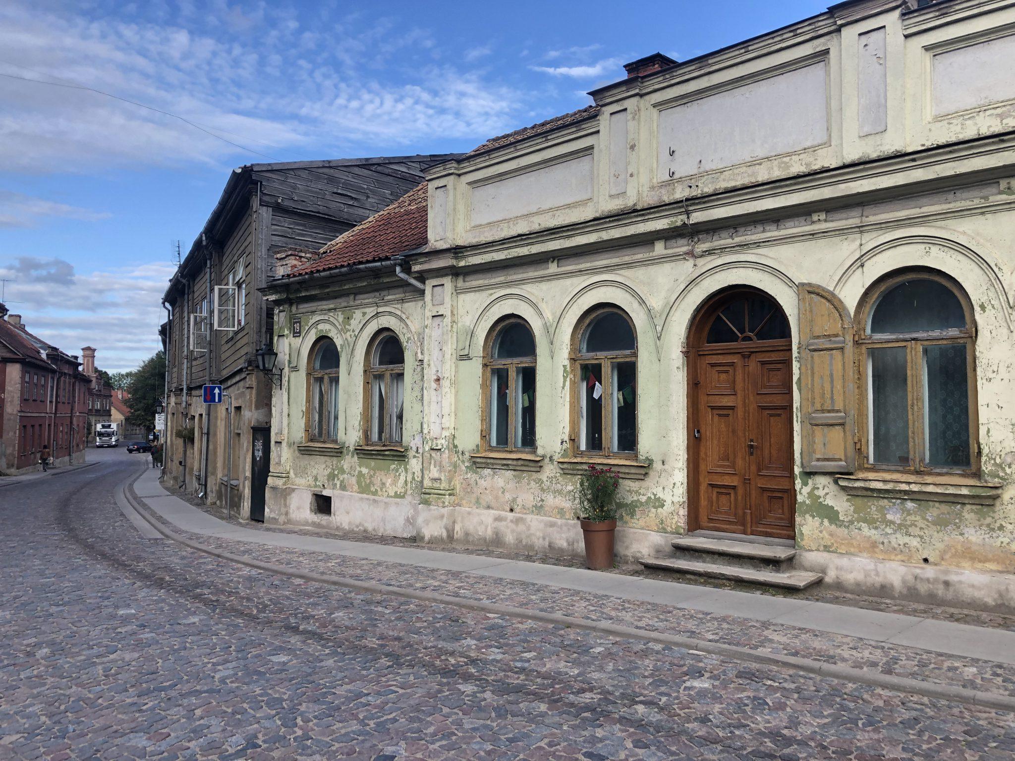 Das Stadtzentrum beherbergt schmale Gassen, alte Holzhäuser mit einem Schornstein in der Mitte und einem roten Ziegeldach.