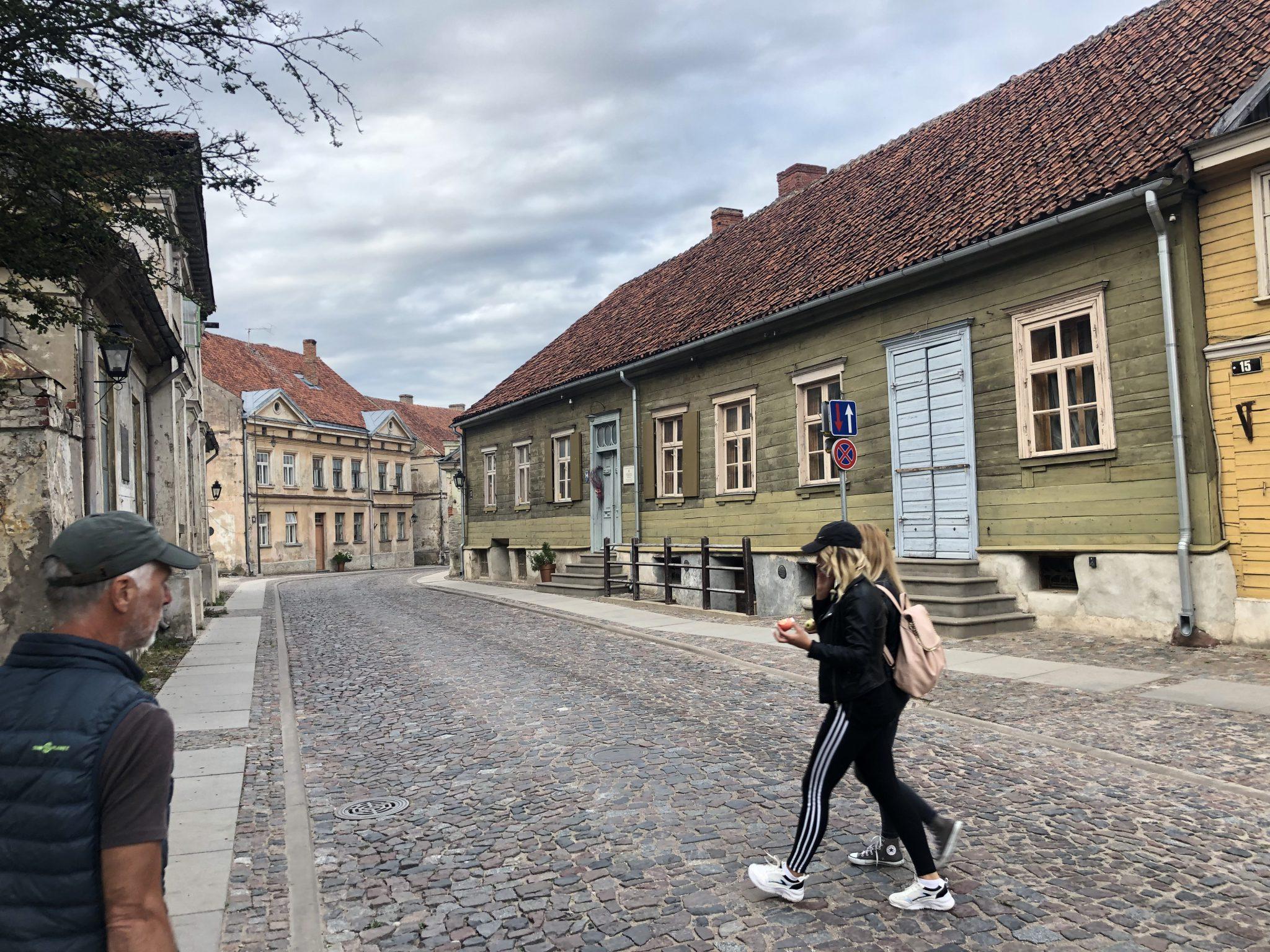 Jugendliche in den Straßen von Kuldīga, Kuldīgas pilsēta, Lettland