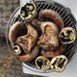 Grill belegt mit Hühnchen und Pilzen