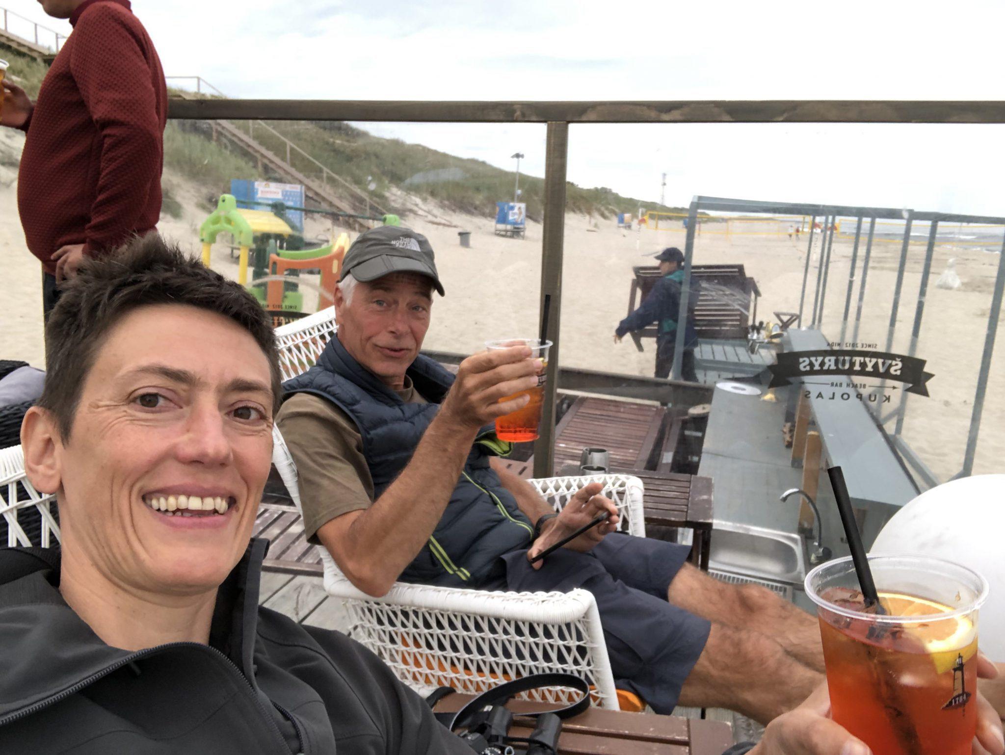 Auf der kurischen Nehrung in Neringa in einer Strandbar mit Aperol Spritz