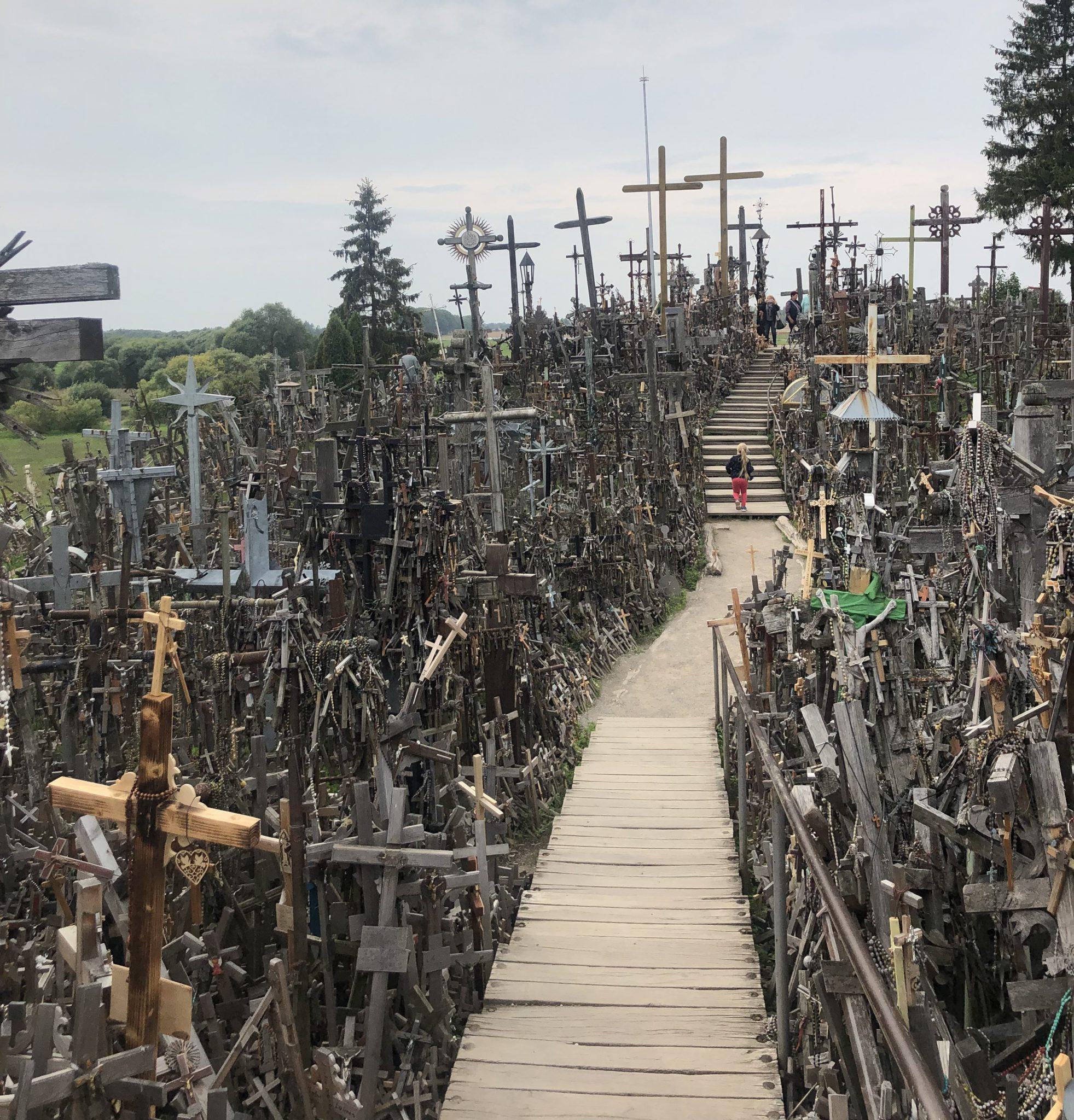 Der Berg der Kreuze ist ein katholisch und touristisch geprägter Wallfahrtsort in Litauen