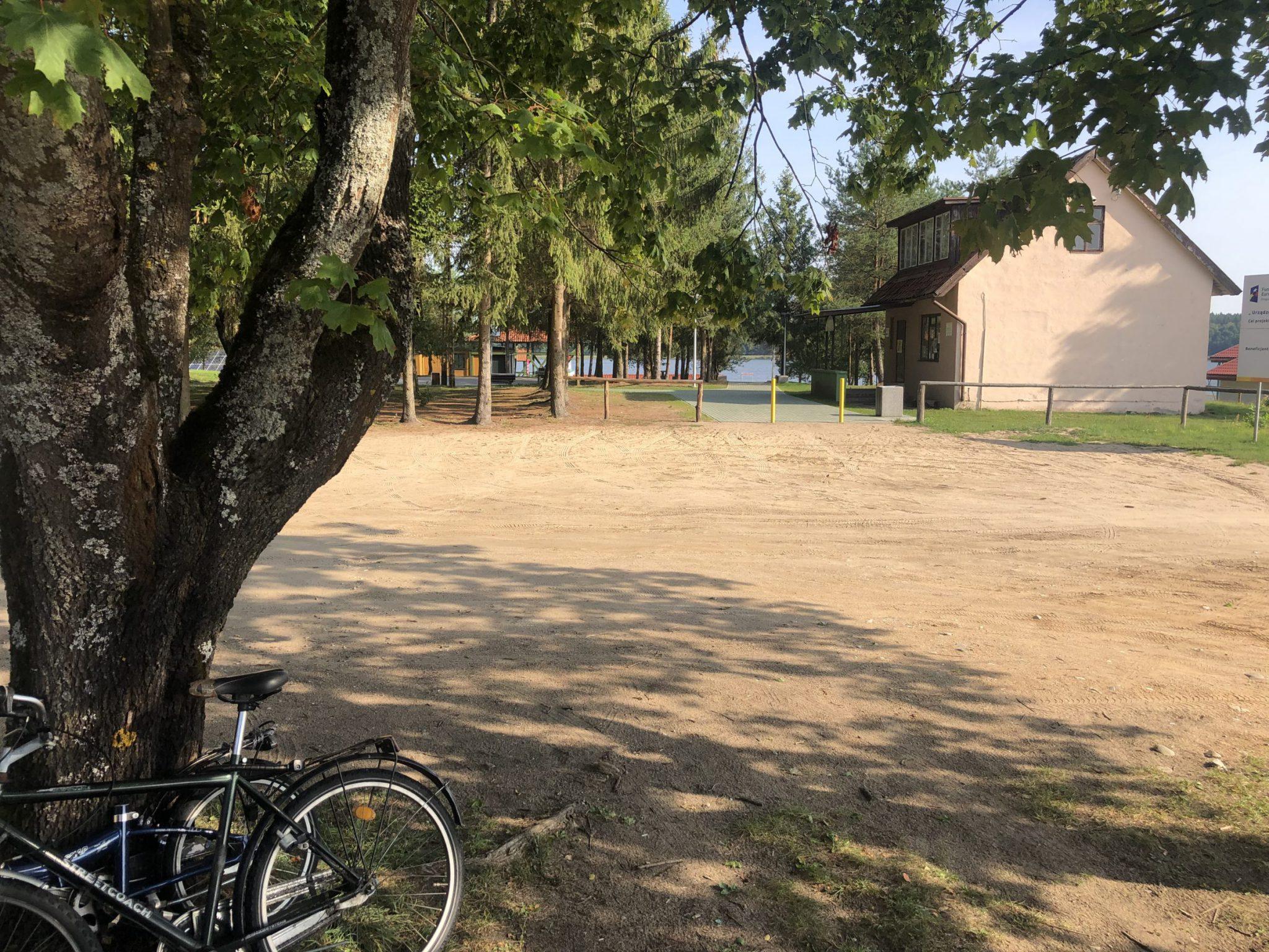 Wohnmobilstellplatz in Goldap in Polen nahe einem Campingplatz mit Blick auf den See
