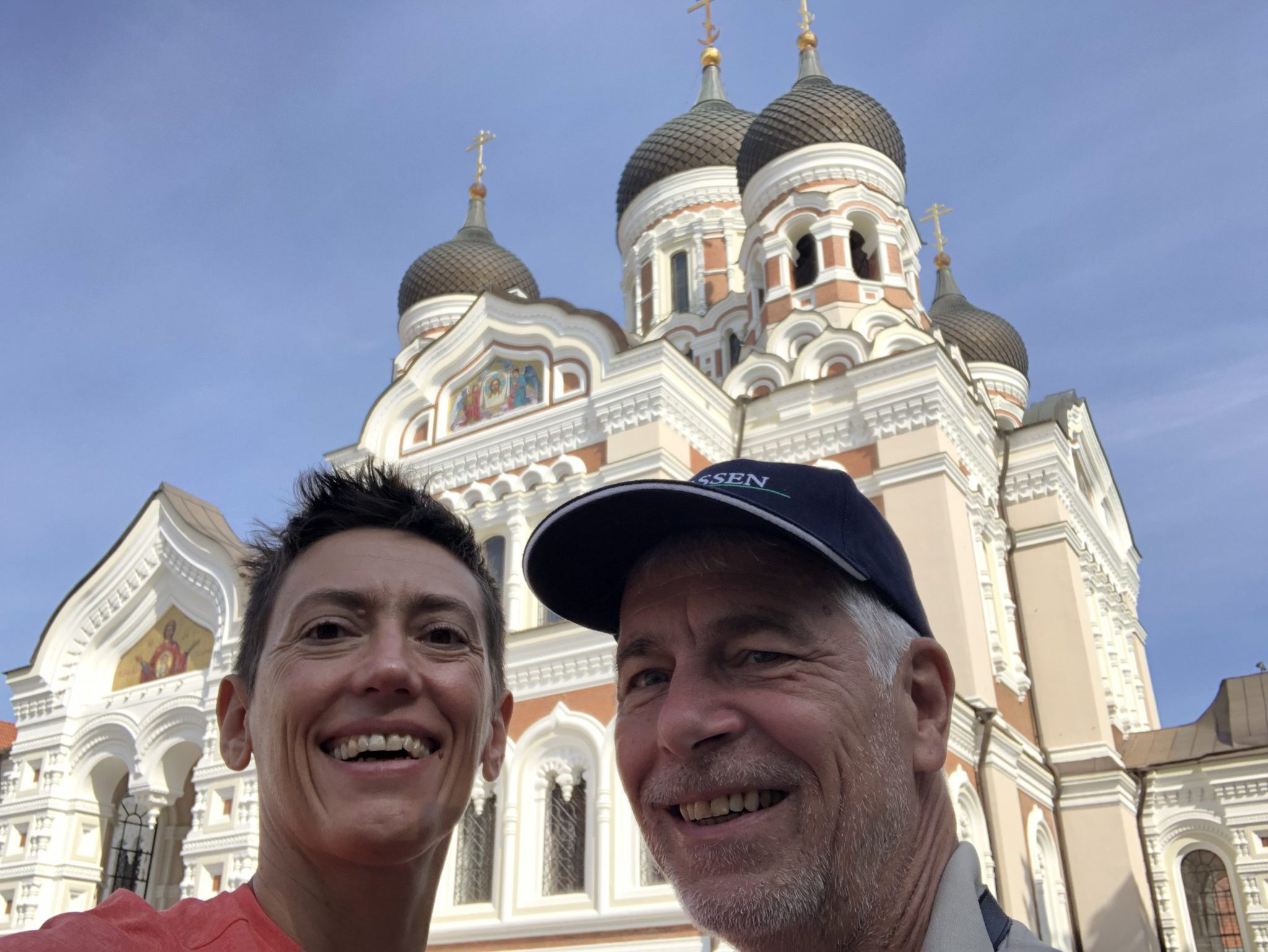 Ursula Fischer und der Osteopath Normen Wolke aus Belrin vor der Orthodoxen Kirche in Tallinn