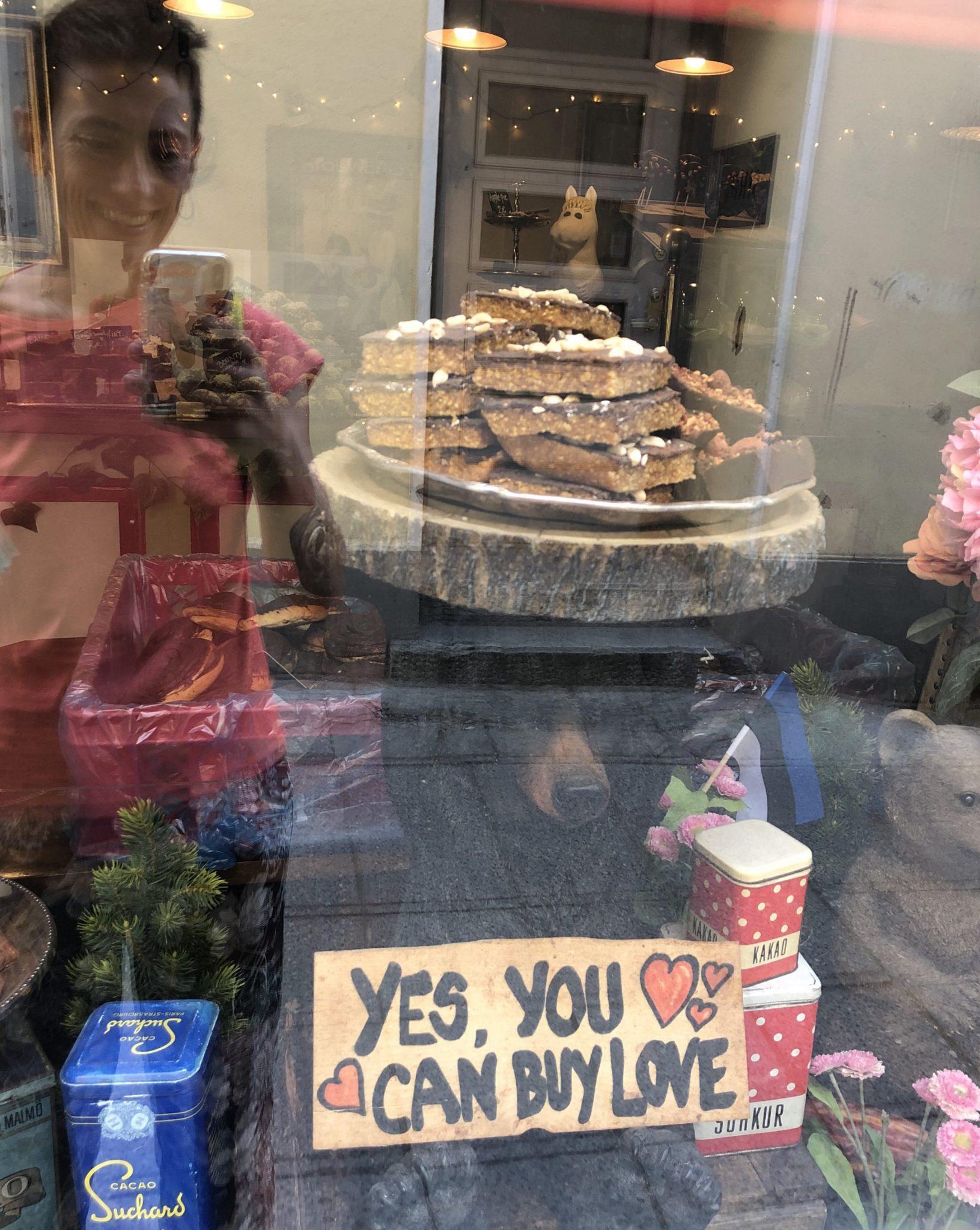 Ursula vor einem Schaufenster einer konditorei in Talinn mit Kuchen