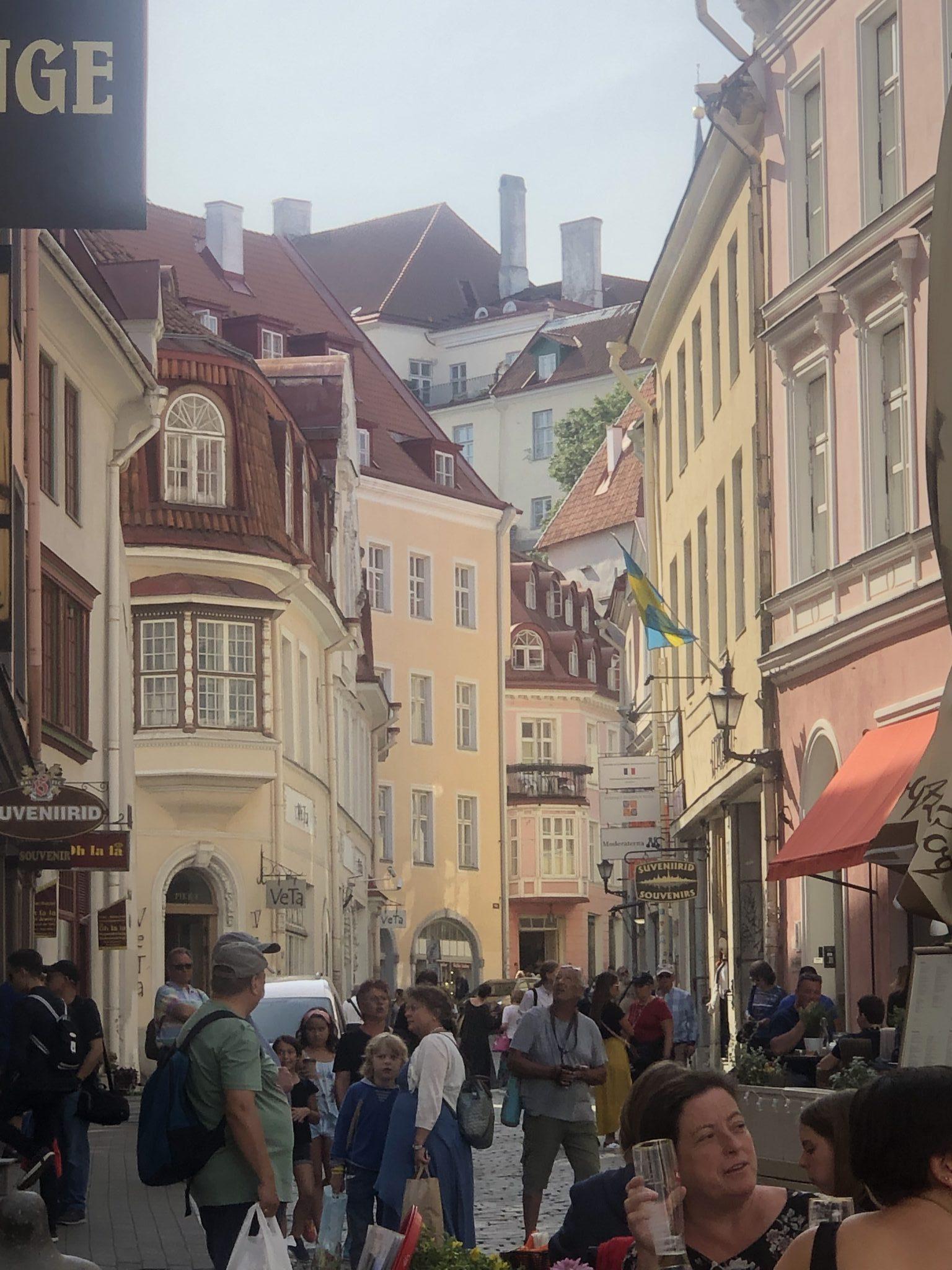 Das historische Tallinn mit engen Gassen ist voll von Touristen