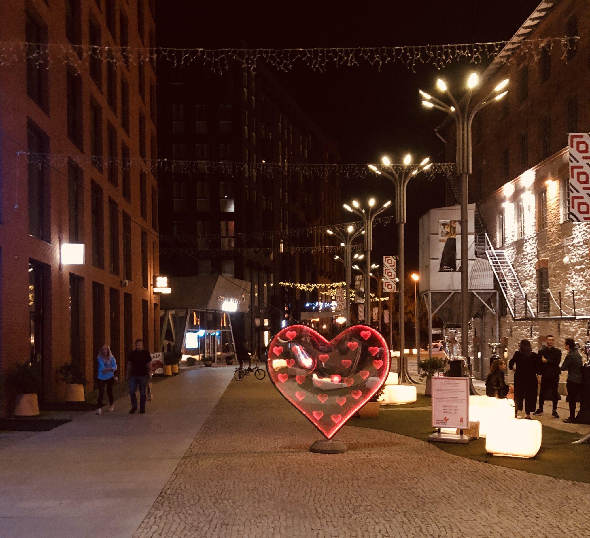 Fußgängerzone im Rotermannviertel neben Fabrikhallen und moderner Architektur