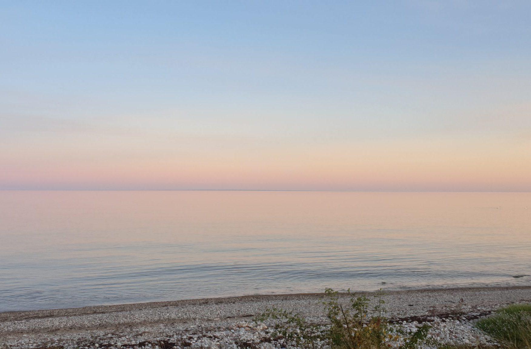 Stilles Wasser in blau und rose auf Saaremaa