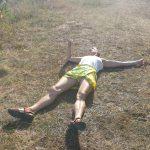 Ursula liegt am Boden nach der Fahrradtour in Rahuste auf Saaremaa in Estland