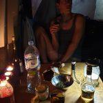 Gemütlichkeit im Womo bei feinen Getränken