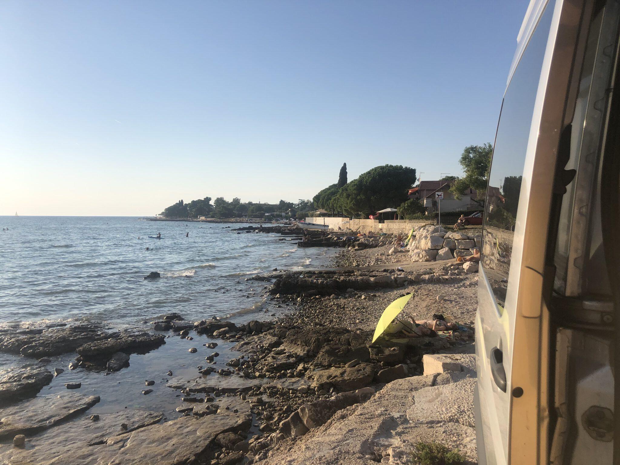 Badestelle mit Betonplatten am Strand in Istrien
