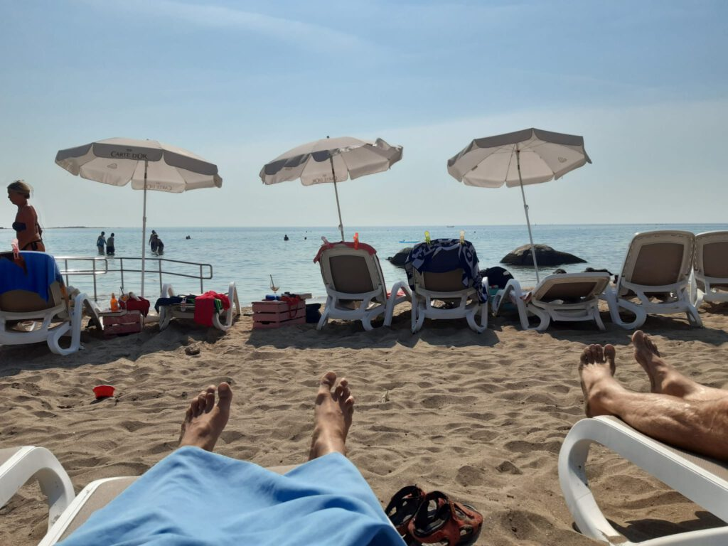 Sonnenschirme Sand und Meer am Beach Vela Draga