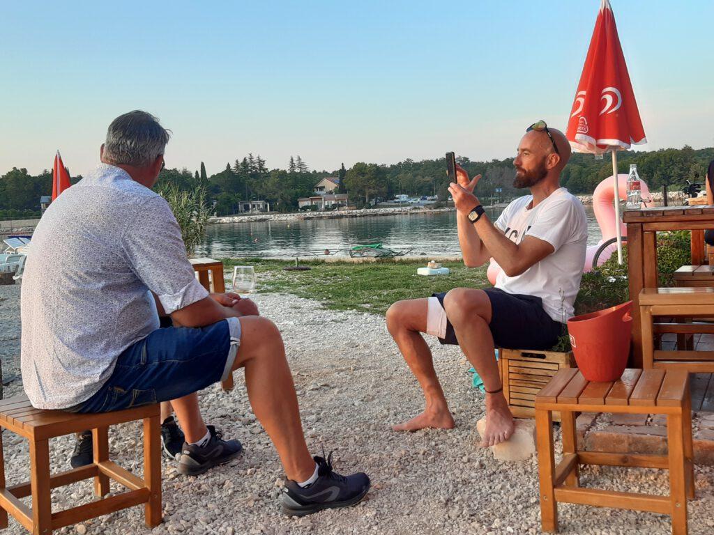 Entertainer Jürgen fotografiert die Gäste und bekommt dafür ein Gläschen spendiert