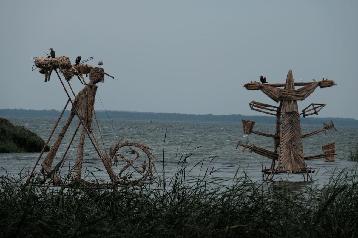 Holzskulpturen im Haff an der Gintaro Bucht