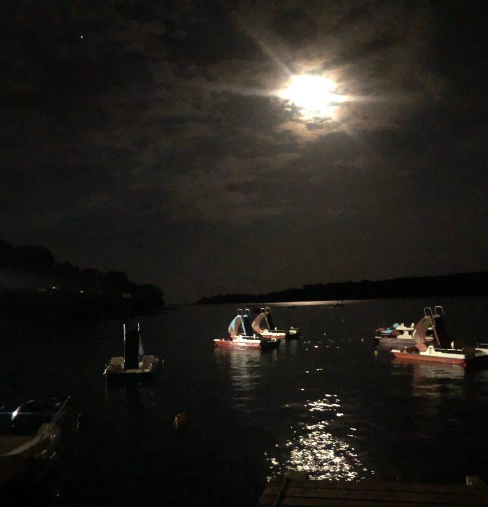 Paddelboote im abendlichen Mondlicht auf der Campsite Arena in Banjole