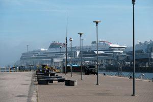 Wohnmobilstellplatz vor Kreuzfahrtschiffen am Hafen von Tallinn
