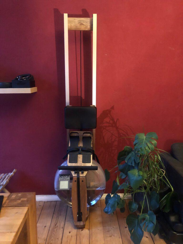 Das Holzwasserrudergerät für Fitness Zuhause an der Wand